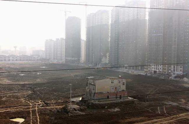 """Những ngôi nhà mọc """"vô duyên"""" giữa đường, có tiền cũng khó phá - 10"""