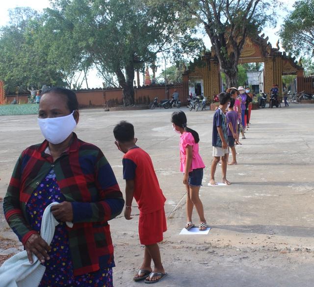 """Bạc Liêu: """"Cây ATM gạo"""" di động đến chùa hỗ trợ bà con lao động nghèo - 1"""