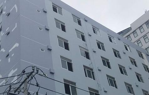Nứt da quy bờ tường lan can cao nhất tòa nhà