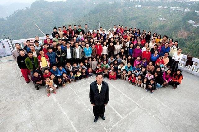 Bên trong căn nhà 100 phòng của cụ ông lấy 39 vợ - 1